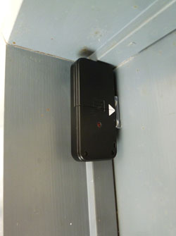 片開き扉に無線式開閉センサーを取り付けた写真