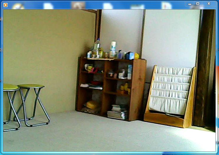 録画した例。侵入者が防犯センサーを設置した玄関扉や窓を開けると警報機本体が100デシベルのアラーム音を鳴らします。同時に小型侵入録画カメラは警報機の発報と連動していて室内の様子を録画します。