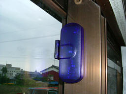 開閉センサーを窓に設置した写真