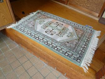 敷物、カーペット、玄関マットの下に敷いて目立たないように配置できます。