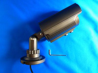 カメラの取付と向きの調整></a><br> カメラの取付と向きの調整。  <br> カメラは付属のネジ3本で壁面などに固定します。<br>  カメラのベースは付属ネジで簡単に取り付けできます。 <br> カメラの向きは付属のL字金具で調整できます。 <br>  <br> <br> <a href=