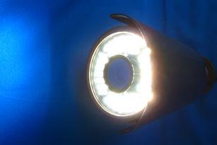 暗い場所をLED照明が明るく照らします